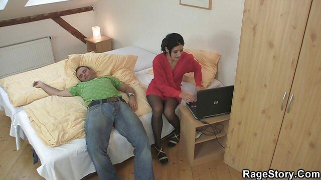 祸扔一个女人的腿在她的肩膀上,妈妈把它扔进骆驼脚趾。 睡觉的色情肛门
